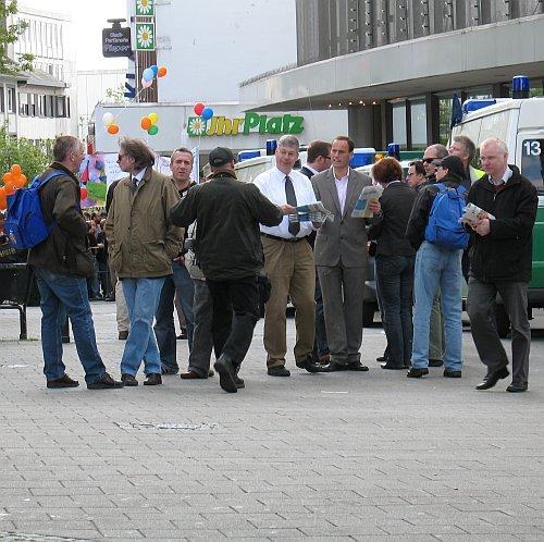 Foto: 1.5.2010 Solingen, Rouhs verteilt JF