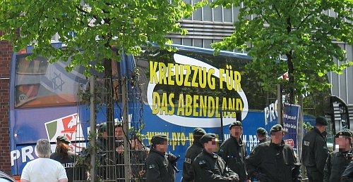 """Foto: 1.5.2010, Bus mit Aufschrift """"Kreuzzug für das Abendland"""""""